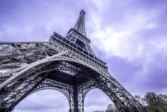 parijs Mening van de de Toren de toneelbodem van Eiffel Purpere hemel Stock Foto's