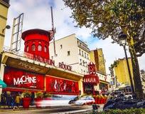 PARIJS - November 11: De Moulin-Rouge in dagtijd De Moulinrouge is een beroemd die cabaret in 1889 wordt gebouwd, de plaats bepal stock afbeeldingen
