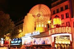 PARIJS - OCT 29: De 's nachts Rouge Moulin Royalty-vrije Stock Afbeeldingen