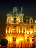 Parijs 's nachts - een deel van het Stadhuis Stock Foto