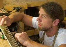 Parijse Luthier die Gitaar herstelt Stock Foto's