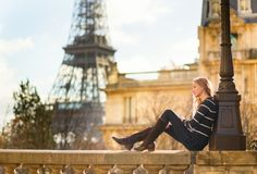 Parijse meisje in openlucht, de toren van Eiffel op achtergrond Stock Foto