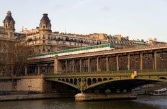 Parijse metro trein op de brug bir-Hakeim Stock Fotografie
