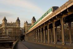 Parijse metro trein op de brug bir-Hakeim over Stock Fotografie