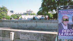 Parijse scène met Notre-Dame de Paris en verkiezingsaffiche stock footage