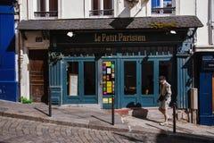 Parijse Straat met Restaurant le Petit Parisie Royalty-vrije Stock Afbeeldingen