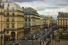 Parijse straat op een bewolkte dag Stock Fotografie