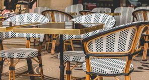 Parijse terras met lijsten, stoelen en asbakjes stock foto
