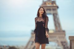Parijse vrouw dichtbij de toren van Eiffel in Parijs, Frankrijk stock foto's