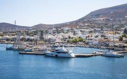 Parikia,希腊- 2017年9月02日:Parikia镇和小游艇船坞w 免版税库存照片