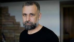 parikmazherskoy的客户 人变老与graying头发 评估理发胡子和发型 股票视频