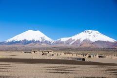 Parinacota i Pomerade wulkany Wysoki Andyjski krajobraz w A obrazy stock