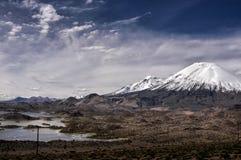 Parinacota och Pomerape volcanoes i Chile Royaltyfria Bilder