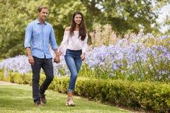 Parinnehavhänder på romantiker går parkerar in tillsammans arkivfoton