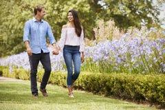 Parinnehavhänder på romantiker går parkerar in tillsammans fotografering för bildbyråer
