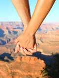 Parinnehavhänder som fotvandrar romantiker, Grand Canyon royaltyfri fotografi