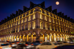 Paris à la nuit et à son boulevard célèbre de Rivoli photos libres de droits