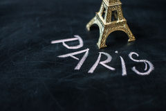 Paris écrit sur un tableau noir utilisé Photo libre de droits