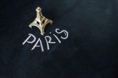 Paris écrit sur un tableau noir utilisé Photos libres de droits