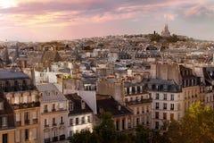 Paris überdacht Skyline mit basilique Sacre Coeur auf Montmartre im Hintergrund, Paris, Frankreich lizenzfreies stockfoto