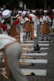paris Франция 14-ое июля 2012 Пионеры делают подготовки для парада на Champs-Elysees в Париже Стоковое Изображение RF