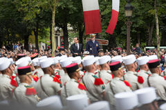 paris Франция 14-ое июля 2012 Французский президент Francois Hollande приветствует граждан во время парада Стоковое Фото