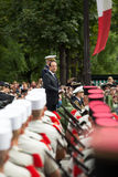 paris Франция 14-ое июля 2012 Французский президент Francois Hollande приветствует граждан во время парада Стоковая Фотография