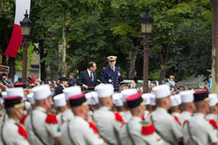 paris Франция 14-ое июля 2012 Французский президент Francois Hollande приветствует военнослужащих и граждан во время парада Стоковые Изображения RF