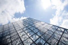 PARIS - 21 JUIN : Pyramide en verre célèbre Image libre de droits
