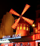 PARIS - 29 OCTOBRE : Le fard à joues de Moulin par nuit Images stock