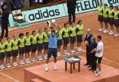 PARIS - 7. JUNI: Roger Federer mit Cup Lizenzfreies Stockbild