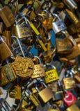PARIS - APRIL 2014: Förälskelsehänglås på Pont des Arts på April 17, 2014, i Paris, Frankrike Massor av färgrika lås på a Arkivfoto