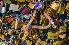 PARIS - APRIL 2014: Förälskelsehänglås på Pont des Arts på April 17, 2014, i Paris, Frankrike Massor av färgrika lås på a Royaltyfri Foto