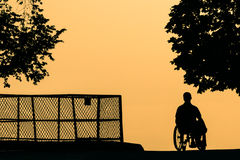 PARIS April 22, 2007 Handikapp i en rullstol på parkera Royaltyfri Fotografi
