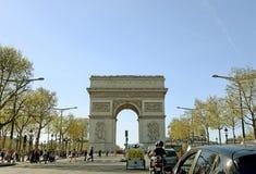 PARIS - APRIL 14, 2015: Trafikflöden i Champset-Elysees på den tidiga våren, April 14, 2005 i Arc de Triomphe Paris Royaltyfri Bild
