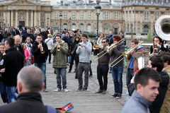 PARIS - APRIL 27: Unidentified musician play before public outdo Royalty Free Stock Photography