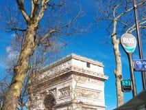 Paris Arc de Triomphe et l'arrêt d'autobus signe des Frances d'Etoile d'endroit photo libre de droits