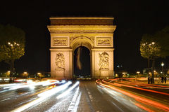 Paris Arc de Triomphe vid natt Arkivfoton