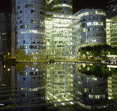 Paris : architecture moderne la nuit Images libres de droits