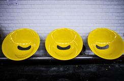 Paris, assentos do amarelo da estação de metro Imagens de Stock Royalty Free