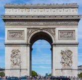 PARIS-AUGUST 10 -凯旋门,巴黎,法国由数千2015年8月10日的游人包围 库存照片