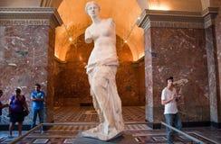 PARIS-AUGUST 18: Besökare på Louvremuseet, Augusti 18, 2009 i Paris, Frankrike. Royaltyfria Bilder