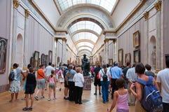 PARIS-AUGUST 18: Besökare på Louvremuseet, Augusti 18, 2009 i Paris, Frankrike. Royaltyfri Fotografi