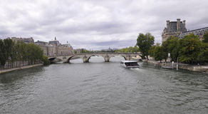 Paris august bro 18,2013-Seine i Paris Royaltyfri Bild