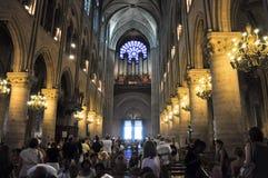 PARIS AM 15. AUGUST: Innenraum der Kathedrale von Notre-Dame in Paris, Frankreich am 15. August 2012 Lizenzfreie Stockfotografie