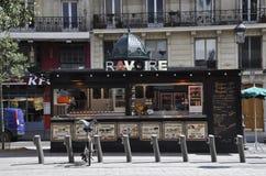Paris august kiosk 19,2013-Food i Montmartre i Paris Arkivbild