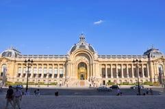 PARIS-AUGUST 14: Petit Palaisfasaden på Augusti 14,2009 i Paris, Frankrike. Royaltyfri Bild