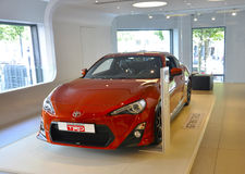 Paris, am 20. August - rotes Auto Toyotas im Ausstellungsraum in Paris Stockfotografie