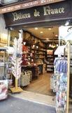 Paris, am 18. August - Shop von Andenken- und Delices-De Frankreich in Paris Stockbilder