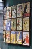 Paris august 19,2013-Vintage Advertiseing i Montmartre i Paris Arkivbild